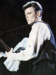 """David Bowie tocando en el festival """"Rock in Chile"""", celebrado en Octubre de 1990 en Santiago de Chile."""